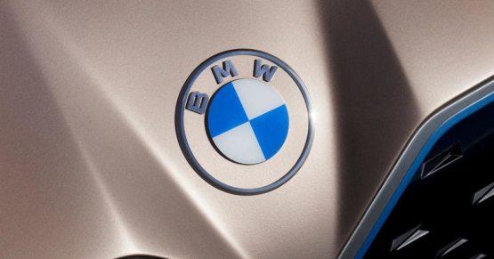 Қора фон ўрнида шаффоф фон — BMW логотипини янгилади